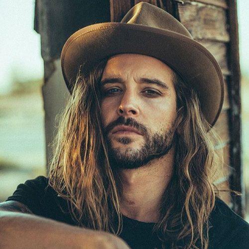 Мужчина с длинными волосами и с бородой